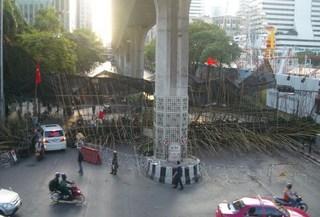 barricade ploenchit.jpg
